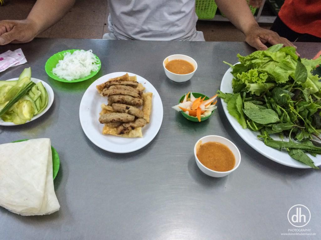 Fresh Springrolls zum selber machen: Reispapier (links), Gurken, Fleisch, Dip, frische Kräuter und Salat