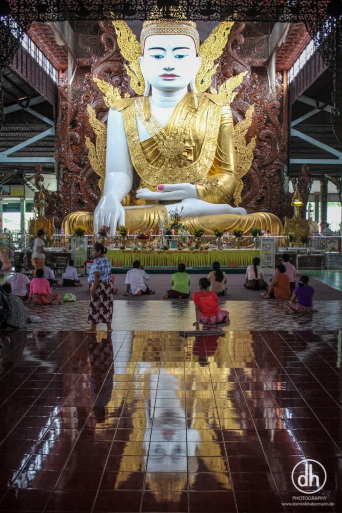 Yangon - rießen Buddha