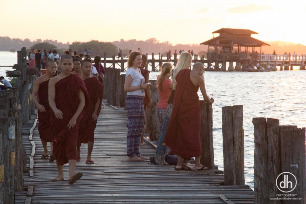 Mandalay - U-Bein-Brücke - Mönche, die Telefonnr. von Touristen aufschreiben und danach tausend SMS schreiben - ja wirklich!